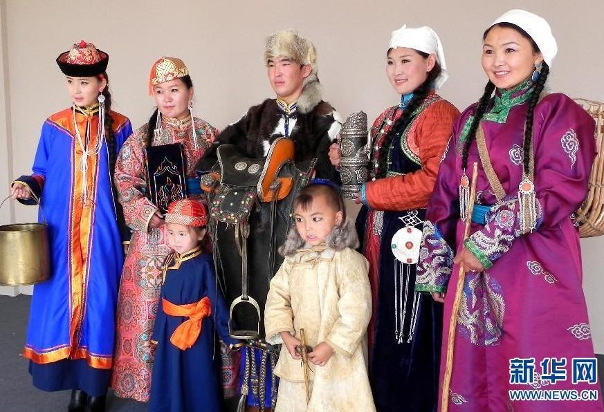 7月3日,模特在展示蒙古族服装服饰.第九届中国蒙古族服装